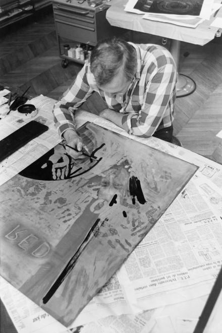 Jasper Johns travaillant sur une plaque de cuivre à l'atelier Crommelynck, 1981 Photographie : Piero Crommelynck © Piero Crommelynck