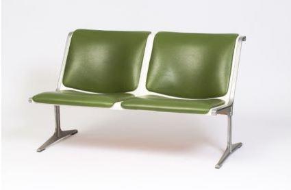 Friso Kramer, Banquette, 1967 Editions Wilkhahn Piètement en aluminium, structure en fibre de verre blanc, assise et dossier en skai vert 69 x 112,5 x 72 cm Cette banquette a été réalisée à l'occasion des Jeux Olympiques de Munich en 1972.
